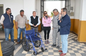 PERSONAS CON DIFICULTADES MOTRICES DISPONEN DE SILLA DE RUEDAS EN EL CEMENTERIO